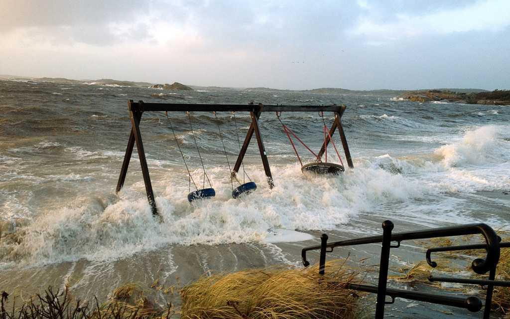 """Gungor översköljda Bilden togs vid lilla Amudden i Hovås. Där hade vattnet höjt sig nästan två meter mot den normala, enligt Kasper Bröns Weigl, som tog bilden. """"Det måste ha blåst omkring 25 sekundmeter. Jag kunde luta mig mot vinden utan att ramla"""", säger han."""