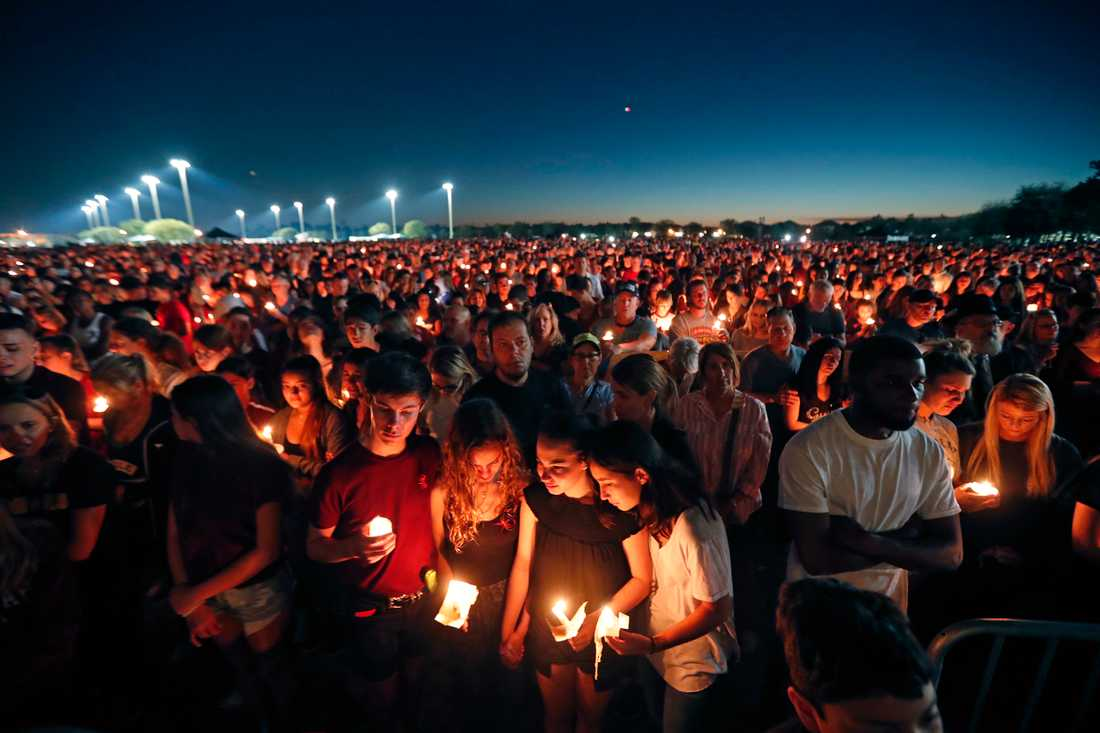 Människor tänder ljus till minne av offren för skolmassakern i Parkland.