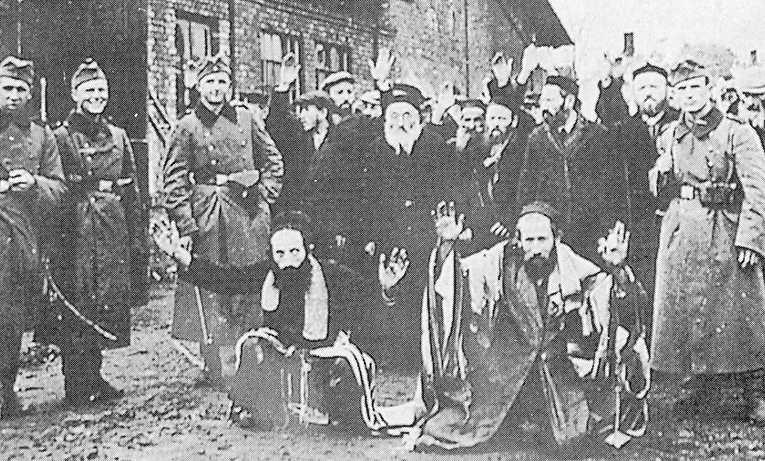 Medlemmar av Reservpolisbataljon 101 med tillfångatagna judar i den polska staden Miedzyrzec i maj 1943. I sin recension av boken om den tyska bataljonen lägger Elisabeth Åsbrink ut villospår om de tyska bödlarnas bakgrund, menar Jonas Aghed.
