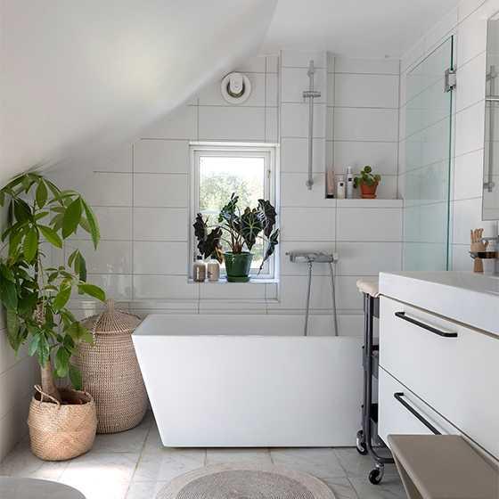 Badrummet på övervåningen var ursprungligen väldigt litet, men sedan väggen flyttats ut får både kommod och badkar från Svedbergs plats.