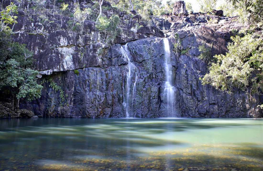 På fastlandet finns regnskog och vattenfall, som Cedar Creek Falls .