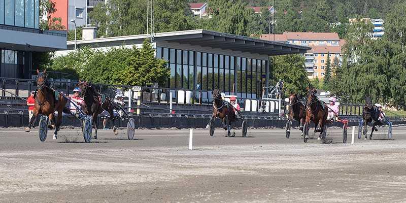 Det blir inga V86-lopp på Bjerke under onsdagskvällen. På grund av stor smittspridning av covid-19 i Oslo, så flyttas tävlingarna till Momarken.