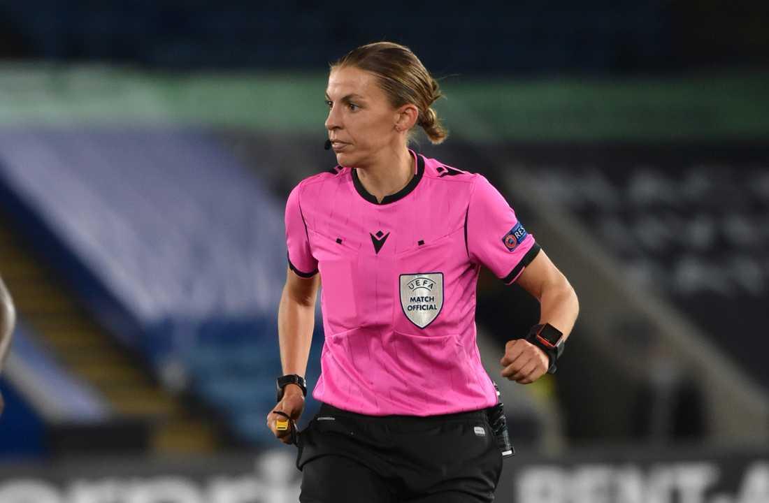 Stéphanie Frappart blir den första kvinnliga domaren i herrarnas Champions League. Arkivbild.