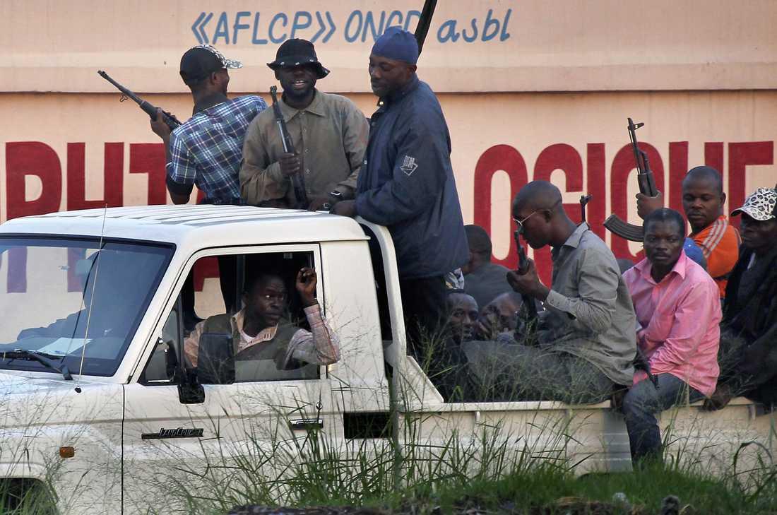 Civilklädda kongolesiska soldater patrullerar