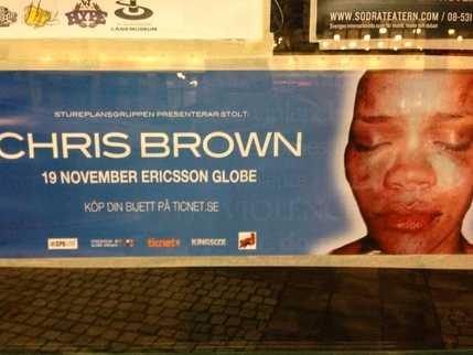När Brown uppträdde i Sverige i vintras sattes bilder på den misshandlade Rihanna upp.