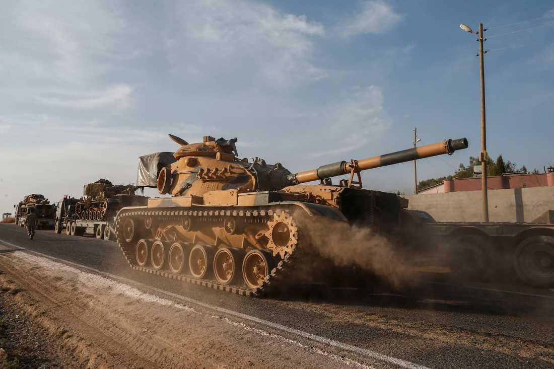 Turkiska trupper på väg mot gränsen mot Syrien.