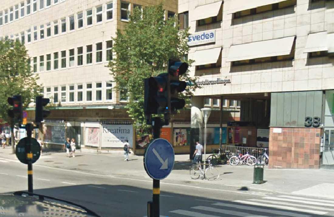 """VITTNE 3 – C ANDERSTEDT C Anderstedt satt i baksätet på en bil på väg norrut längs Sveavägen. Hon uppfattade tre """"fyllon"""" i sällskap, varav en gav sig på de andra två. Vy från Sveavägen söderifrån."""