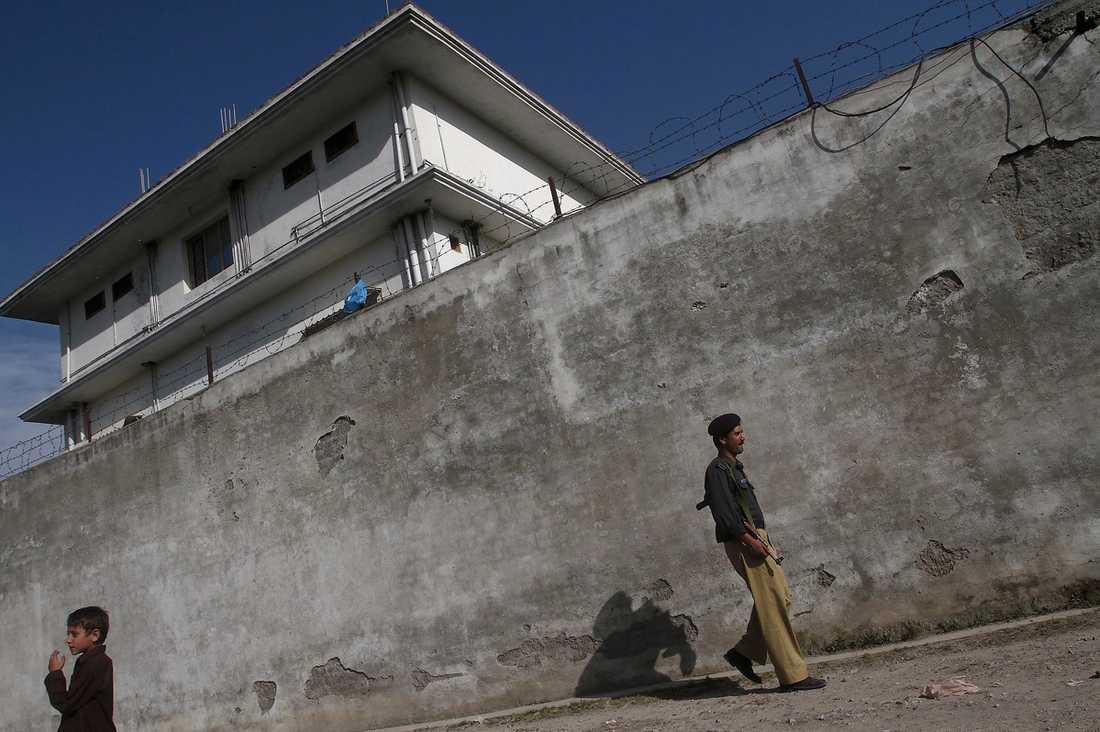 HÄR BODDE HAN  Trevåningshuset i Abbottabad där bin Ladin bodde. Inredningen var enkel och fönstren små. Huset omgavs av en hög mur med taggtråd.