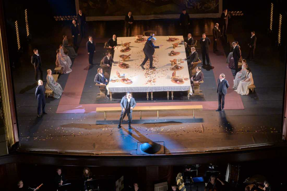 """Verdis """"Rigoletto"""" på en nästan öde Kungliga Operan i Stockholm. Endast en liten publik och en nedbantad orkester framförde verket under dirigent Vincenzo Milletari."""