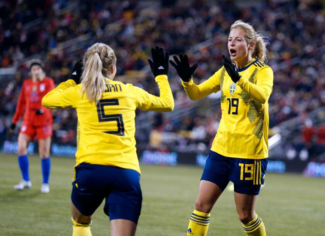 Nathalie Björn och Anna Anvegård jublar efter ett av Anvegårds mål i nattens landskamp mot USA. Sverige förlorade matchen med 2–3.