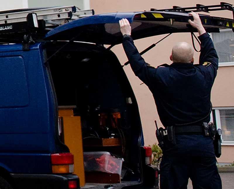 UTREDS AV GAMLA ARBETSKOMPISAR Polisen på plats vid lägenheten där den 44-åriga kvinnan hittades knivmördad. Några år tidigare fick den misstänkte 57-åringen sparken från sitt jobb på polisen i Södertörn efter att ha dömts för misshandel av en kvinna.