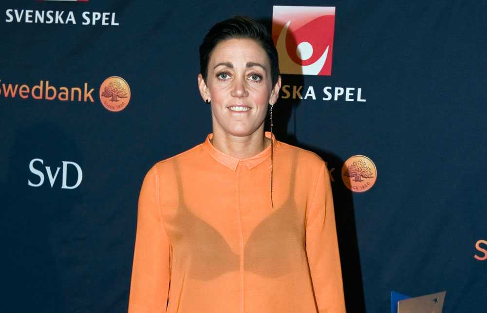 Terese Sjögran Läckert! Orange är vinterns stora färg och trendmässigt har hon prickat in både färg, byxmodell och skor - allt känns oerhört fräscht och aktuellt. Men: vad säger Magdalena Ribbing om det där genomskinliga? Skandal? Plusbetyg: 4