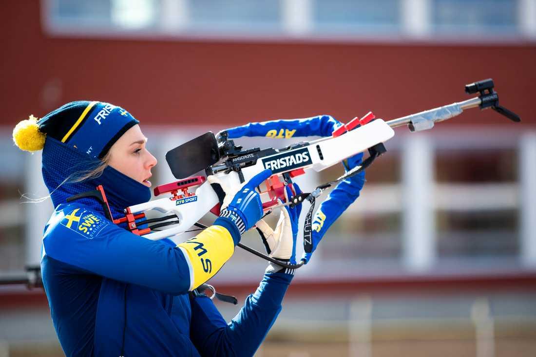 Stina Nilsson under en träning i skidskytte i maj i Östersund.