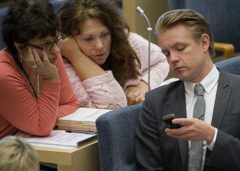 Fredrik Federley med sin mobil i plenisalen. Foto: Scanpix