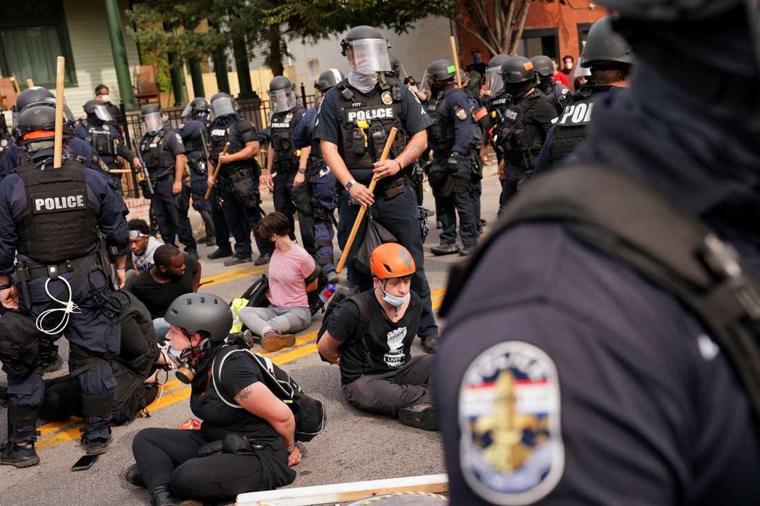 Polis har gripit flera demonstranter i Louisville, i den amerikanska delstaten Kentucky, efter beskedet att endast en av tre poliser involverade i dödsskjutningen av Breonna Taylor ställs inför rätta.