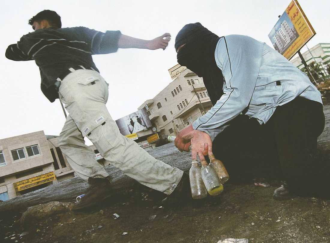 """Unga palestinska män kastar sten och glasflaskor mot israeliska soldater på norra Västbanken. I det här området sköts Bilal Achmed Ghanan och sprättades upp på sjukhus. """"Våra söner används som organreserv"""", menar palestinierna."""
