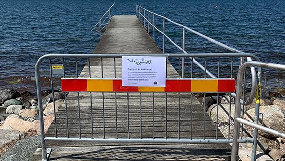 Bryggorna vid Sibbarp badplats är avstängda