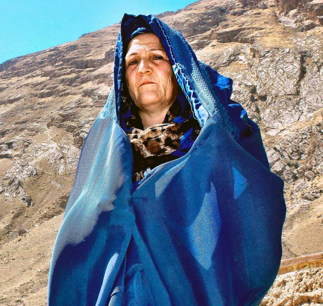"""""""Det här är det värsta landet i världen att vara kvinna"""", berättar Afiza, 45, boende i byn Nowabad i Afghanistan för Aftonbladets Carina Bergfeldt."""