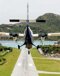Flygplatsen Aérodrome Gustave III är inte större än en parkeringsplats utanför ett vanligt köpcentrum.