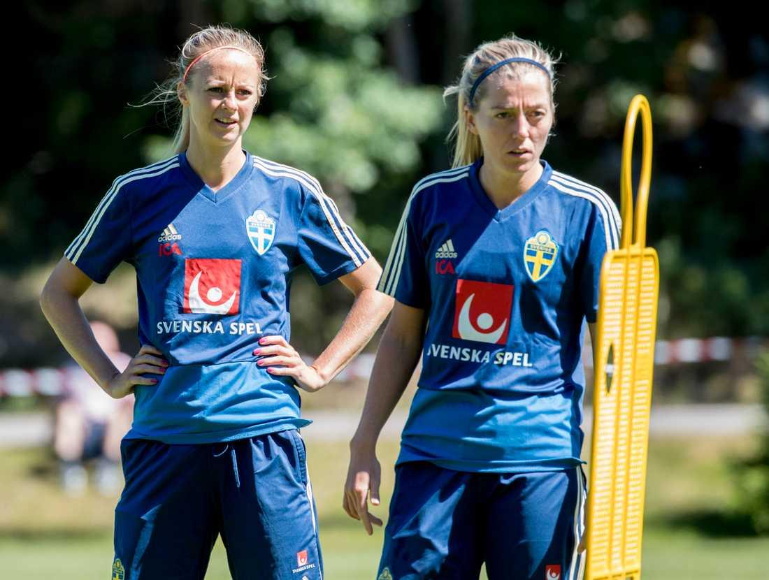 Amanda Ilestedt, till vänster, missar Sveriges två avslutande VM-kvalmatcher i fotboll. Arkivbild.