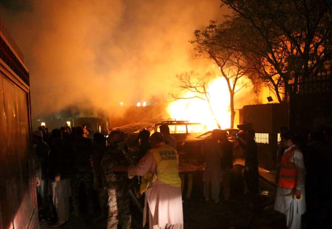 En brand bröt ut på platsen för explosionen i Quetta i Pakistan.