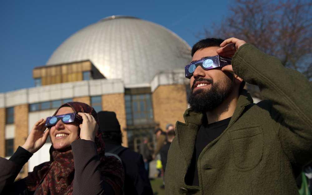 Människor i Neuzelle i Tyskland tar en titt på solförmörkelsen.