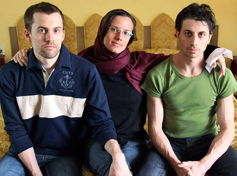 Shane Bauer, Sarah Shourd and Josh Fattal vandrade i bergen i Iran vid gränsen mot Irak. De greps – misstänkta för spionage. Sarah Shourd släpptes mot borgen. I dag inleds rättegången mot de båda männen. De riskerar livstids fängelse.