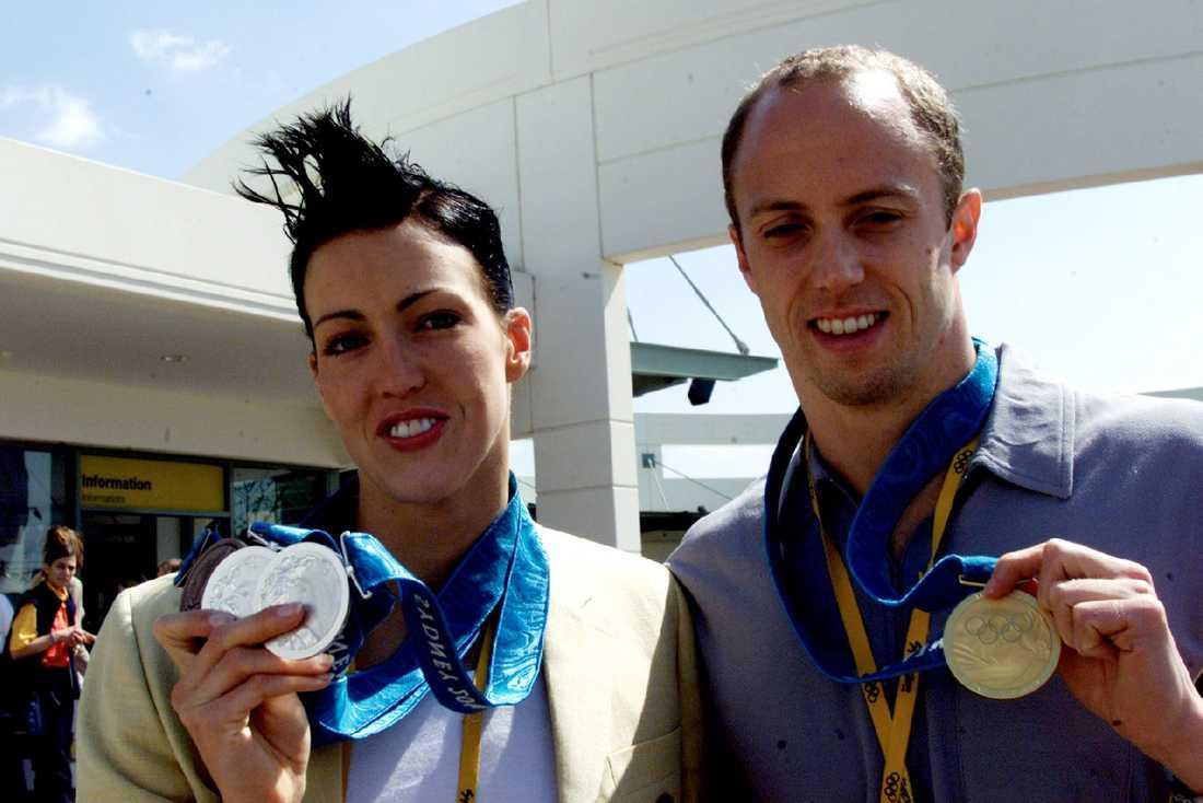Therese Alshammar och Lars Frölander med sina medaljer efter OS i Sidney.