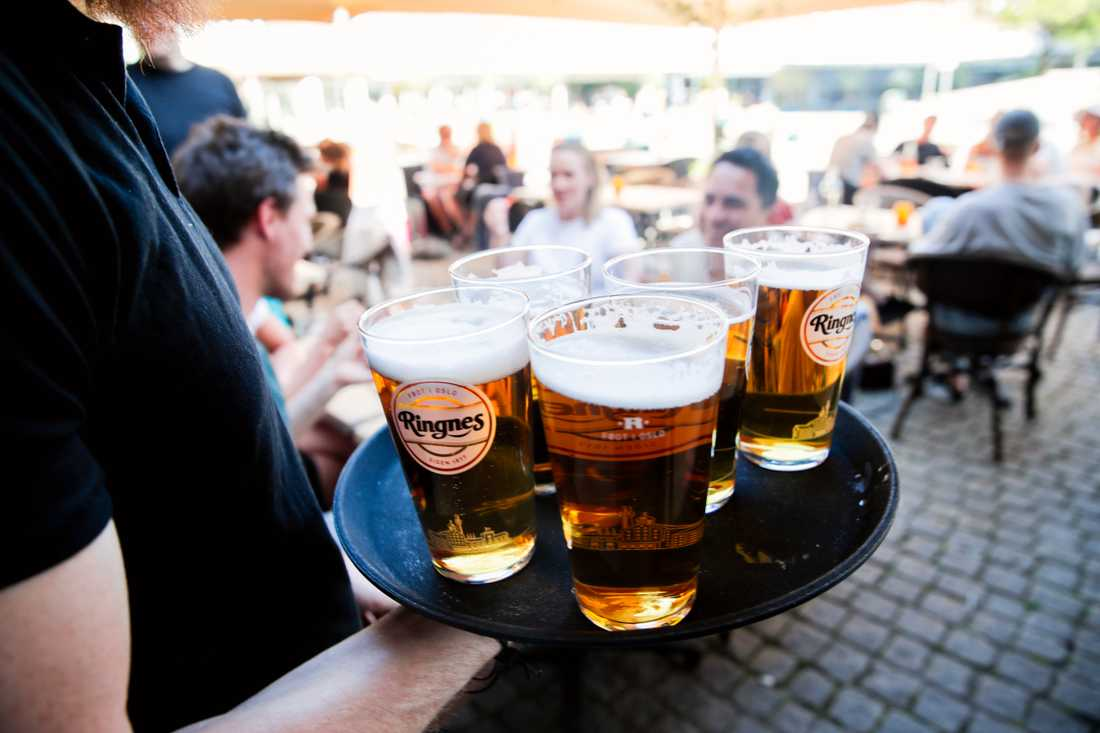 Försäljningen av alkoholdrycker mer än halverades på restauranger och barer under mars och april i år jämfört med samma period i fjol, enligt mätningar som CAN, Centralförbundet för alkohol- och narkotikaupplysning, genomfört. Arkivbild.