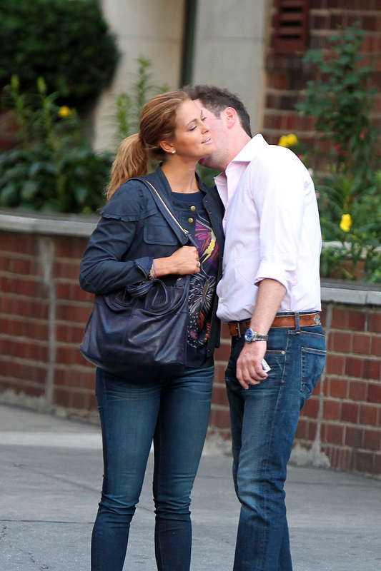 """På väg till altaret Prinsessan Madeleine och Chris O'Neill har förlovat sig. I går kväll ska de ha meddelat sina närmaste vänner den glada nyheten. """"Vi är så lyckliga"""", ska prinsessan ha sagt. I dag väntas hovet offentliggöra förlovningen. Nu blir Chris O'Neill en del av den svenska kungafamiljen och snart har vi ett nytt kungligt bröllop att vänta i Sverige."""