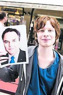 väljer jan Mark Levesque, 20, student, Kanada: – Förtroendeingivande ögon, han ser övertygande ut. Han ler inte för mycket och ser inte för självsäker ut.