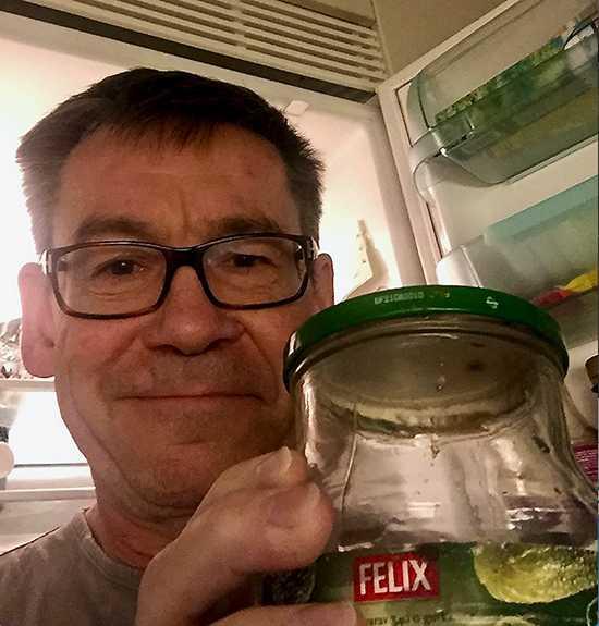 Aftonbladets reporter Jon Hansson hittade en gammal gurkburk i kylen och undrar: Törs jag fortsätta äta av den?