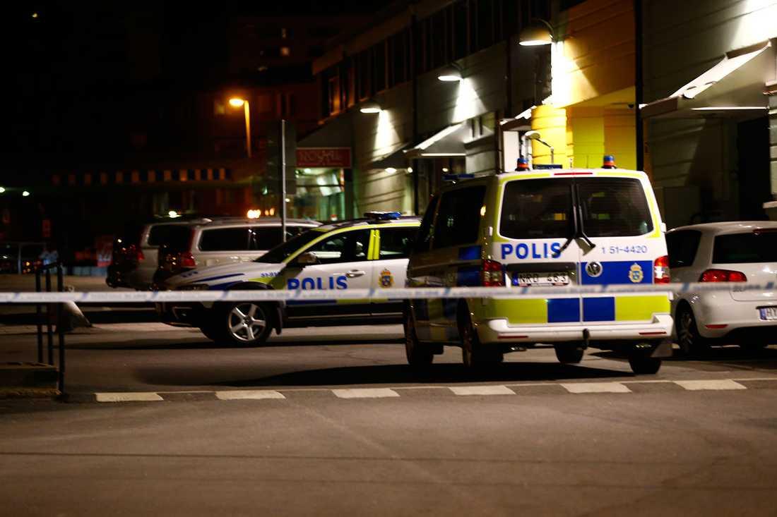 Polis på plats efter skjutningen.