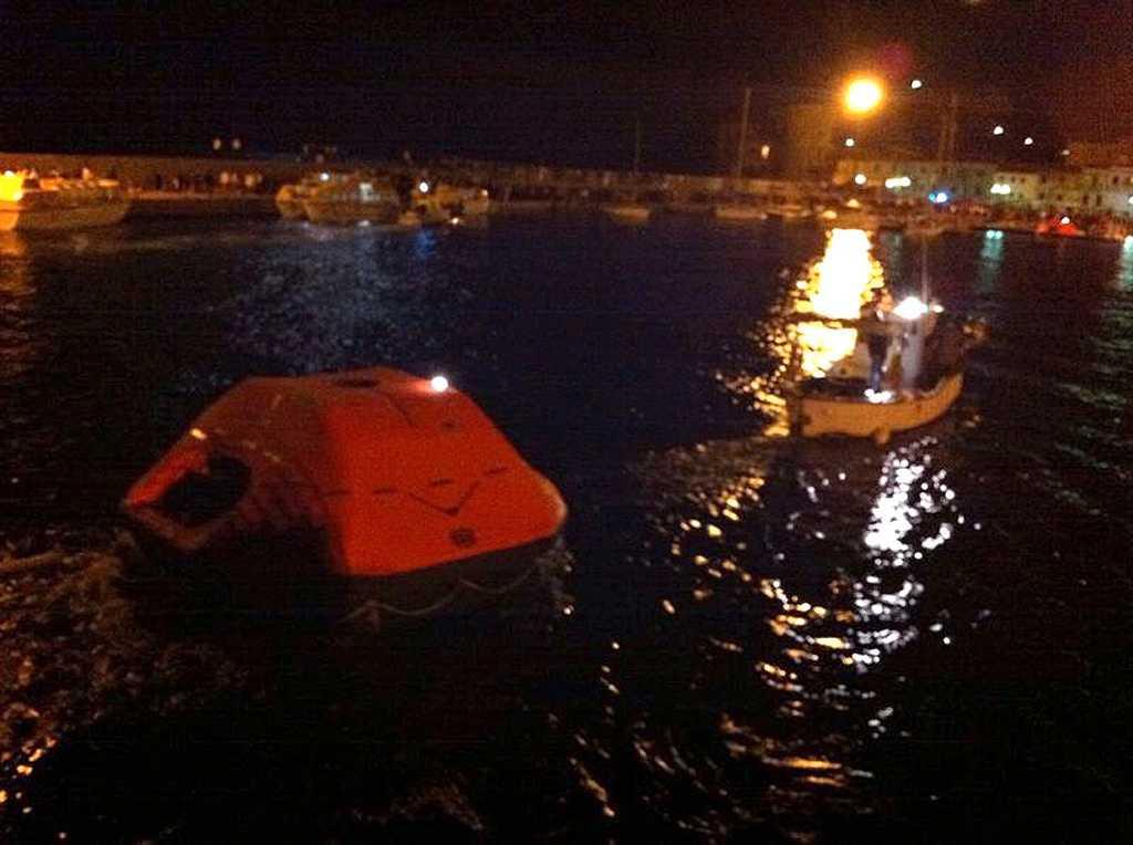 Evakueringen skedde med hjälp av räddningsflottar.