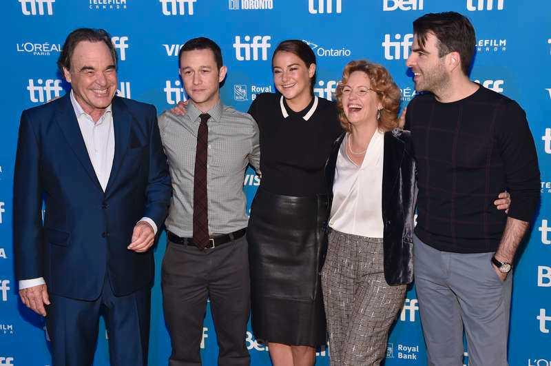Oliver Stone tillsammans med skådespelarna.