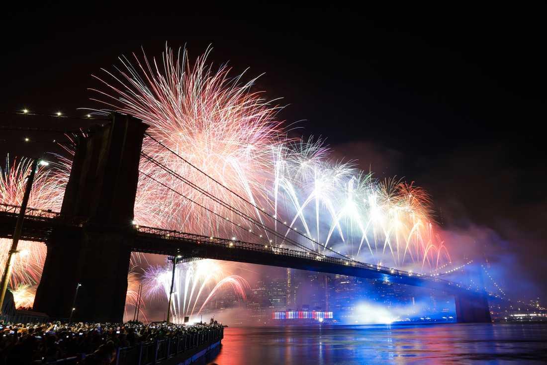 Fyrverkerier över Brooklynbron i New York under nationaldagsfirandet 2019.