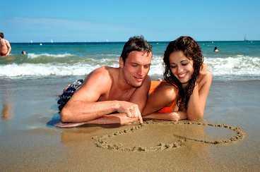 Sommar, sol - och kärlek. Det är nu som vi är som mest mottagliga för romanser.