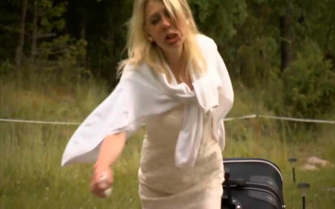 Med tårarna rinnande drog hon sin resväska ned för grusgången.