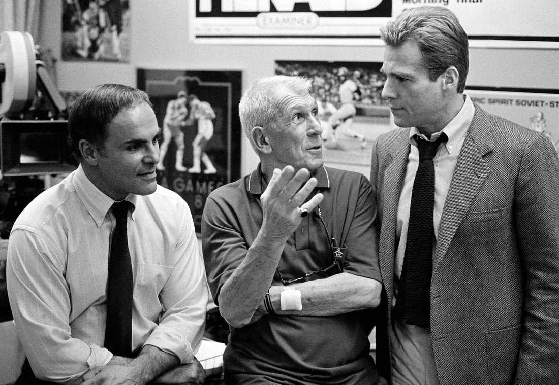"""Skådespelaren John Saxon (till vänster) har gått bort, 83 år gammal. Bild från inspelningen av filmen """"Fever Pitch"""" 1984."""
