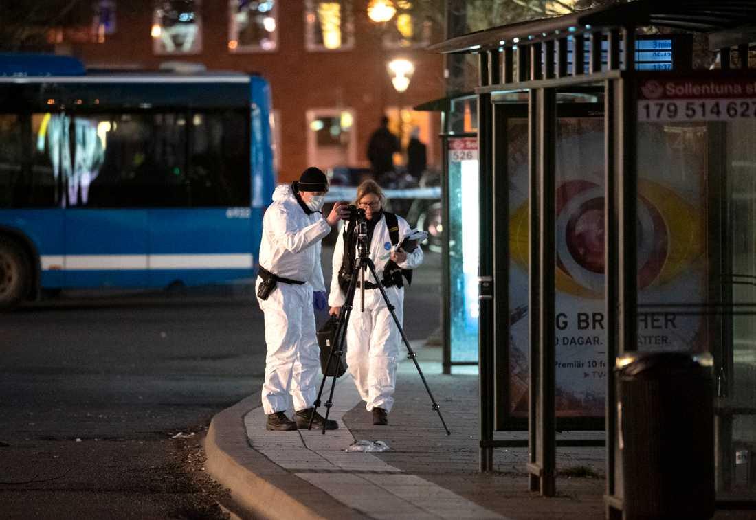 Polisens tekniker på plats i Sollentuna centrum för att säkra spår.