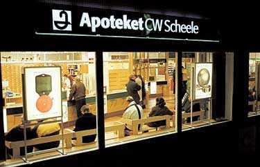 Omdebatterat Ylva Johansson vill behålla Apotekets monopol, men tycker samtidigt att tillgängligheten kan förbättras. Apoteket CW Scheele är det enda apoteket i landet som har öppet dygnet runt.