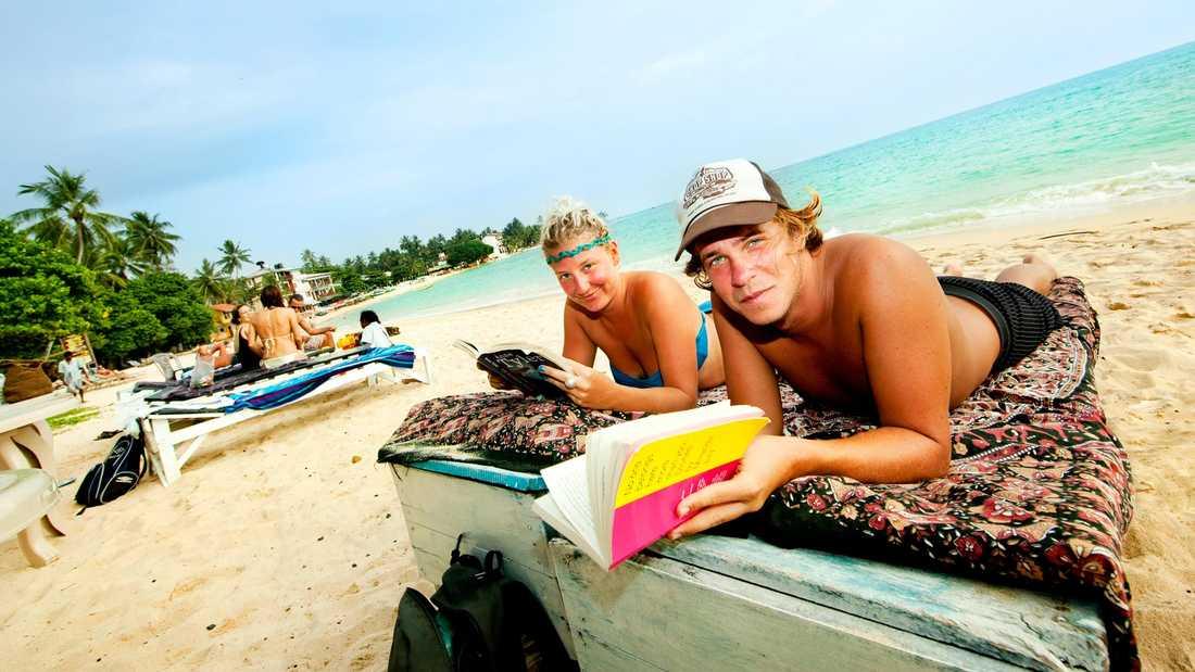 Diggy Hicks från London och pojkvännen Sander slappar på stranden i Unawatuna.