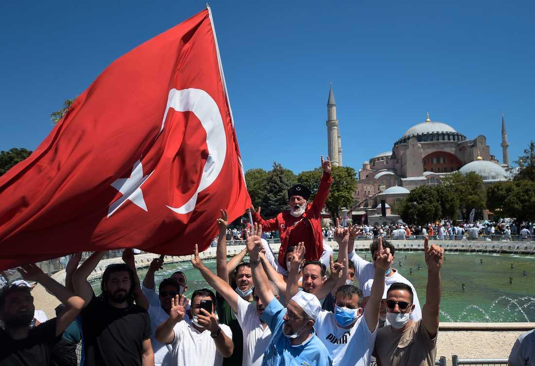 Troende firar utanför Hagia Sofia i samband med denna veckas fredagsbön.