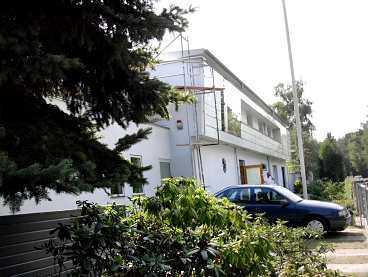 DYRT I DRIFT Carl Tham vill ha en bostad närmare Berlins politiska centrum som dessutom är billigare. Hans nuvarande bostad kostar drygt tre miljoner i drift årligen. Pengar som enligt Tham kan användas på bättre sätt.