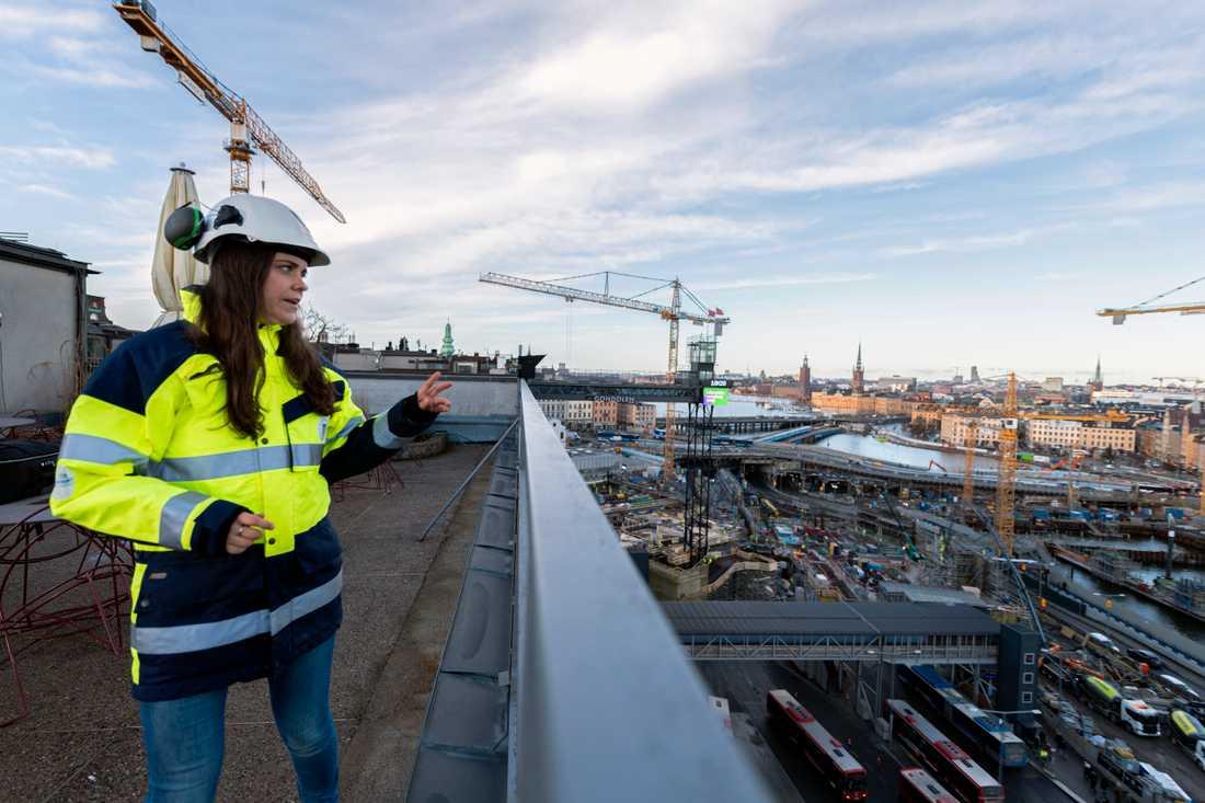 """Ida Mann ser med förväntan ut över kajen vid Slussen. """"Även om jag har stått på bron i Kina och sett hur stor den är så är det svårt att se den i sitt sammanhang och veta hur den kommer upplevas förrän den väl är här"""", säger hon."""