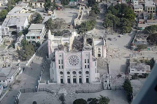 Katedralen i Port-au-prince Även katedralen i huvudstaden, känd som Notre dame-katedralen, förstördes vid skalvet. På bilden syns hur taket på byggnaden rasat in.