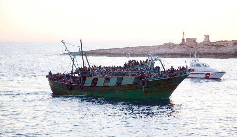 Förra året försökte 200 000 människor ta sig över Medelhavet. Människosmugglarna transporterar flyktingarna i överfulla, knappt sjödugliga fartyg.