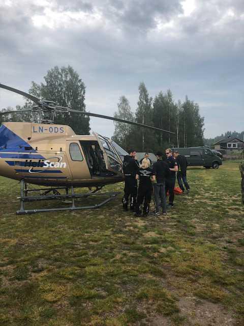 Räddningsarbetare vid en av brandhelikoptrarna i Älvdalen tidigare i veckan.
