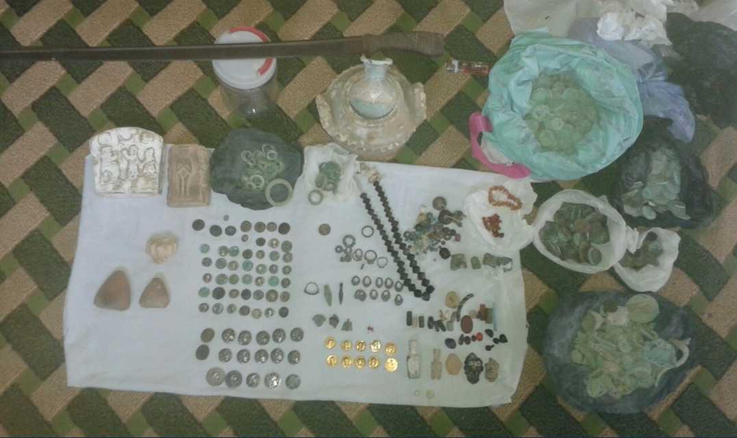 Samlingarna innehåller allt från guldmynt till antika svärd. Den svarta marknaden omsätter hundratals miljoner varje år.