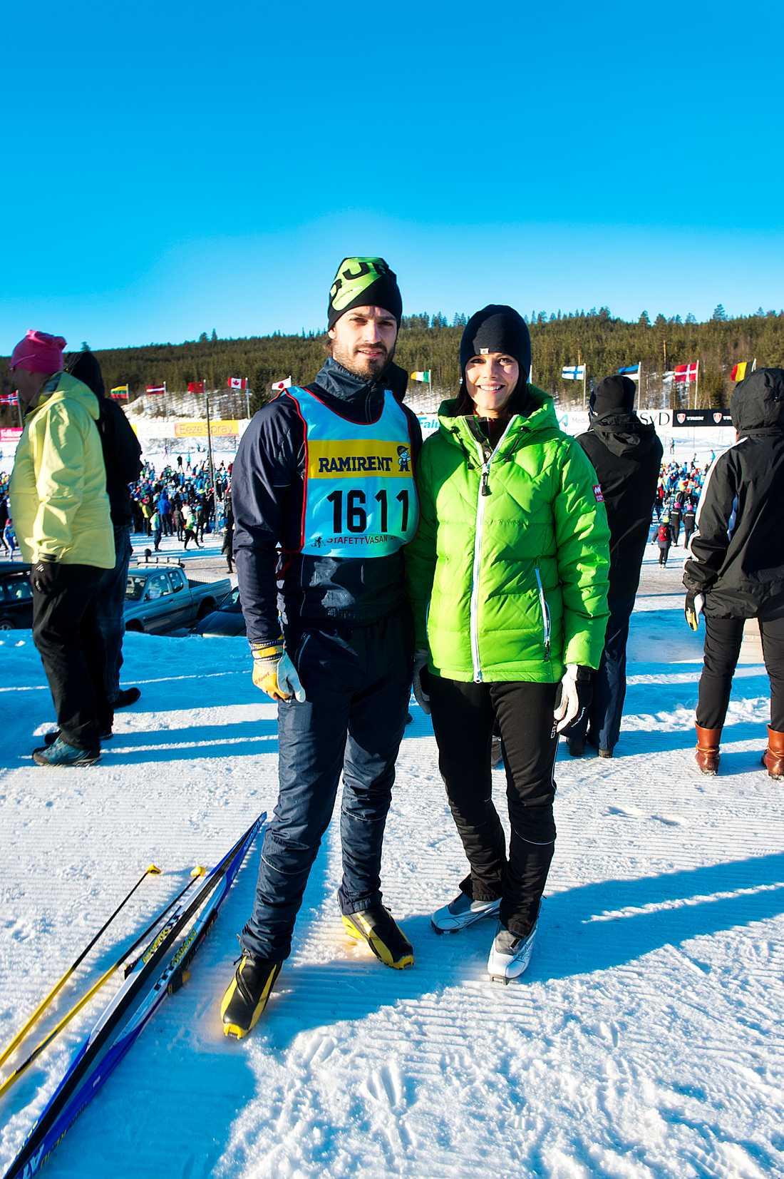 Sportiga. Prins Carl-Philip åker stafettvasan med sitt kompisgäng och sin sambo Sofia